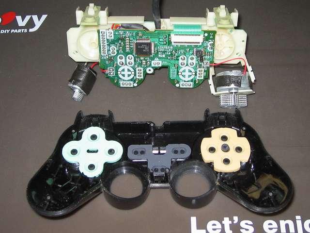 PS2 プレイステーション2 コントローラー DUALSHOCK 2 デュアルショック2 SCPH-10010 メンテナンス、分解作業 コントローラー本体上部プラスチックカバーから基板固定用プラスチック台座を取り外す