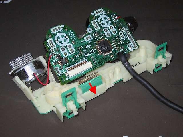 PS2 プレイステーション2 コントローラー DUALSHOCK 2 デュアルショック2 SCPH-10010 メンテナンス、分解作業 基板に接続しているフレキシブル基板のフィルムコネクタを引っ張って外す