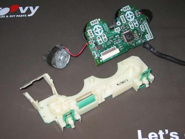 PS2 プレイステーション2 コントローラー DUALSHOCK 2 デュアルショック2 SCPH-10010 メンテナンス、分解作業 基板固定用プラスチック台座から基板を取り外す、振動モーターのはんだ付けされている部分のリード線は切れやすいので注意