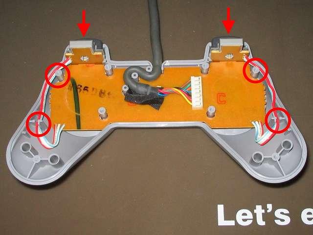 PS プレイステーションコントローラー PlayStation Controller SCPH-1080 メンテナンス、組立作業 コントローラー本体プラスチックカバーに L・R ボタン用の基板を取り付け、L・R ボタン用基板の配線を画像赤丸の位置に這わせるようにする