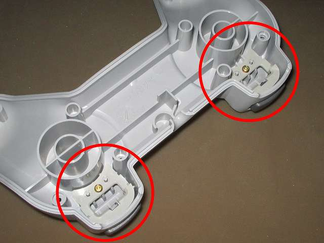 PS プレイステーションコントローラー PlayStation Controller SCPH-1080 メンテナンス、組立作業 コントローラー本体下部プラスチックカバーに L2・R2 ボタンの取り付けと L2・R2 ボタン固定用ガイドの取り付けとネジを締める