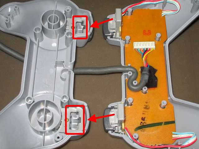 PS プレイステーションコントローラー PlayStation Controller SCPH-1080 メンテナンス、組立作業 コントローラー本体プラスチックカバー取り付け、L・R ボタンのラバーパッドと基板(画像右側赤矢印根本側)を、コントローラー本体下部プラスチックカバーの L・R ボタン取り付け穴(画像左側赤枠2ヵ所)に通すように取り付ける