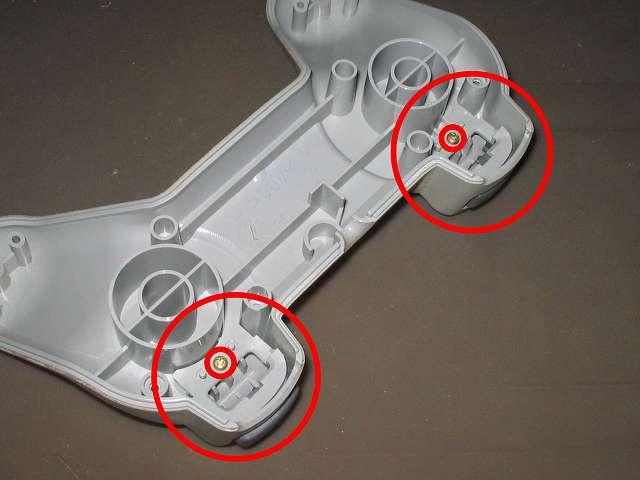 PS プレイステーションコントローラー PlayStation Controller SCPH-1080 メンテナンス、分解作業 コントローラー本体下部プラスチックカバーに固定されている L2・R2 ボタンの固定ネジを外す