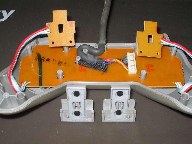 PS プレイステーションコントローラー PlayStation Controller SCPH-1080 メンテナンス、分解作業 L・R ボタンの基板に取り付けられている L・R ボタン固定用ガイドとラバーパッドを取り外したところ