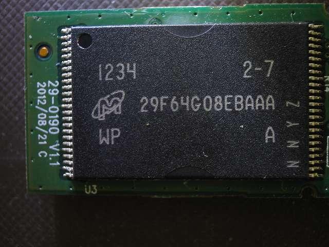 使えなくなった Transcend JetFlash 500 TS16GJF500 (16GB) 分解記念撮影、反対側にあるフラッシュメモリ?