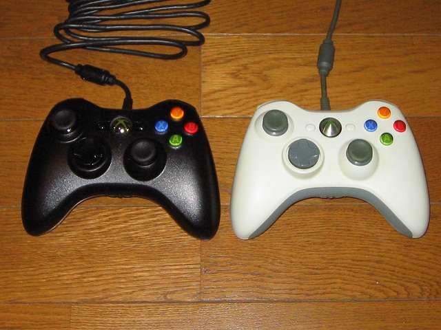 モンスターハンター フロンティアオンライン推奨 有線 ゲームコントローラー Xbox 360 Controller for Windows リキッド ブラック 52A-00006(画像左側) と Microsoft Xbox 360 コントローラー ホワイト(画像右側)