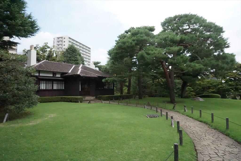 芝庭と本館_1