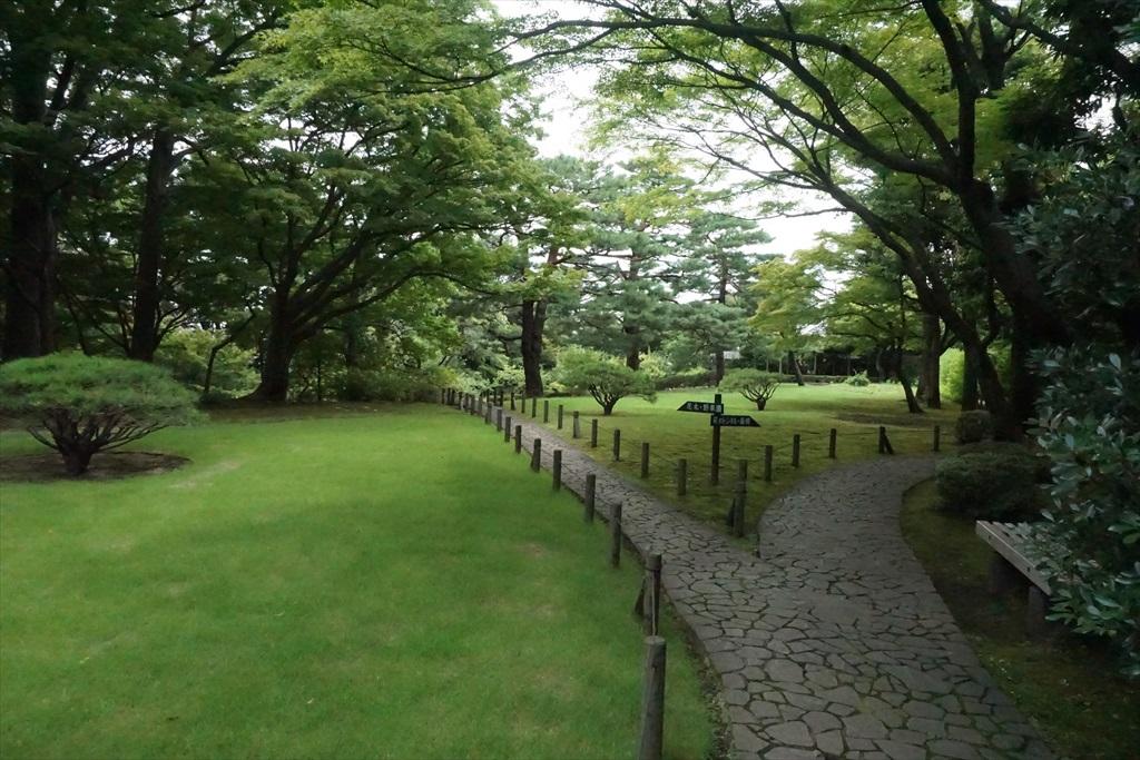 芝庭と本館_7