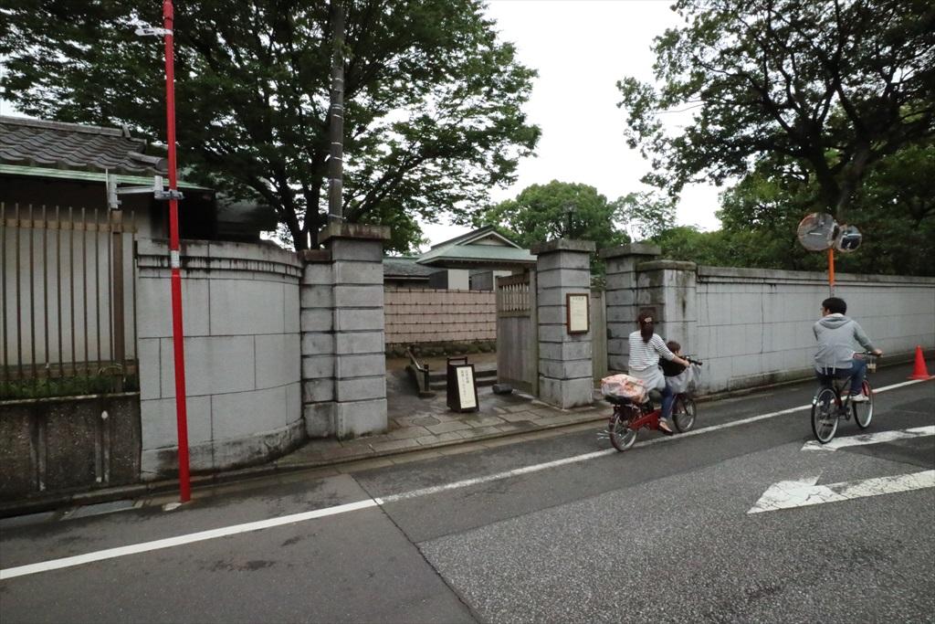 正門の手前の通用門