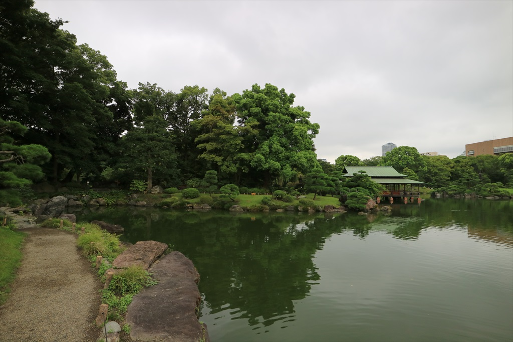 再び池沿いの小道に戻る_12