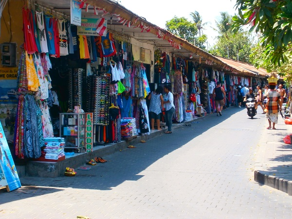 クタに有る小規模な お土産屋等の商店の画像