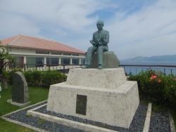 故・小渕恵三元首相の銅像
