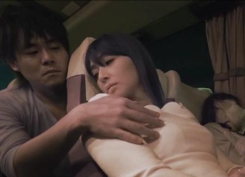 夜の高速バスで痴漢を誘う人妻