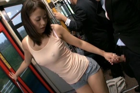 街で見かけるハミ尻ホットパンツ娘がバス内で男性客を惜しみなく挑発!