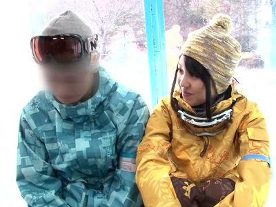 スキー場にいたカップルの可愛い彼女をマジックミラー号で寝取って中出しする