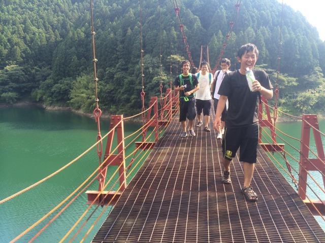 s_揺れるつり橋と僕のひざ