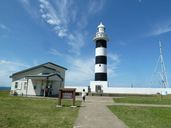 白と黒の縞模様が印象的な入道崎灯台