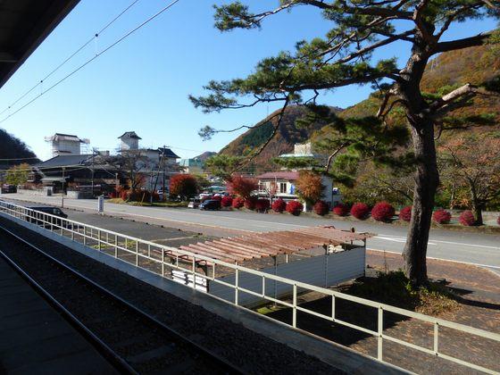鬼怒川公園駅のホームから見る紅葉