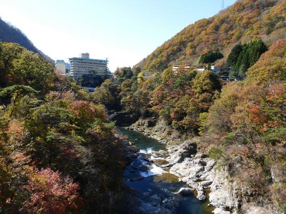 鬼怒岩橋から眺める鬼怒川の紅葉も素晴らしい