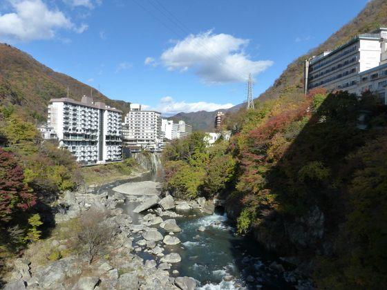 ふれあい橋から眺める鬼怒川の紅葉