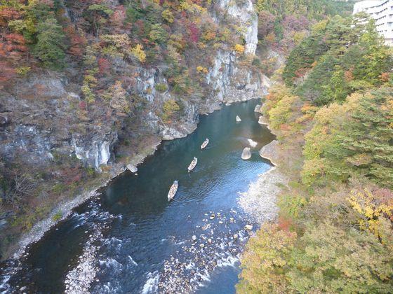 鬼怒川ライン下りの舟が橋の下を通り過ぎていく