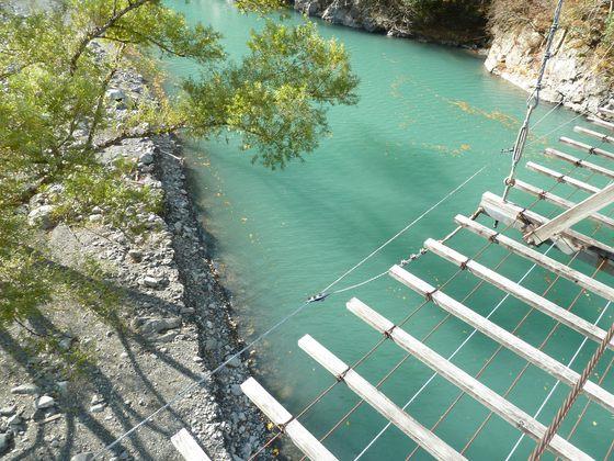 吊り橋から真下を眺める