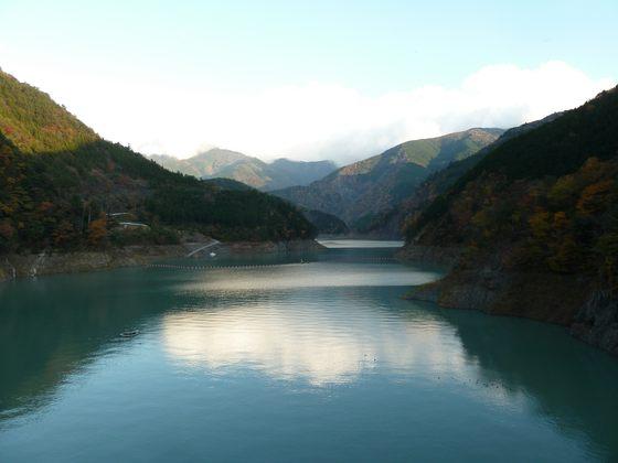 夕暮れ時の秋の接岨湖