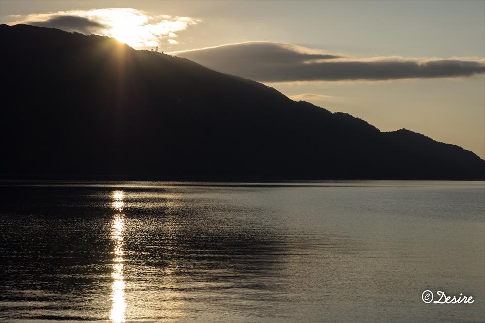 支笏湖の朝日