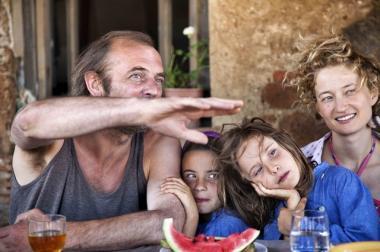 『夏をゆく人々』 父親のヴォルフガングとまだ幼い下の妹たち。右端には母親役のアルバ・ロルヴァケル。