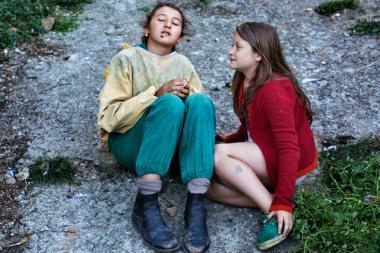 アリーチェ・ロルヴァケル 『夏をゆく人々』 長女ジェルソミーナと次女マリネッラのふたり。ジェルソミーナの顔には蜜蜂が……。