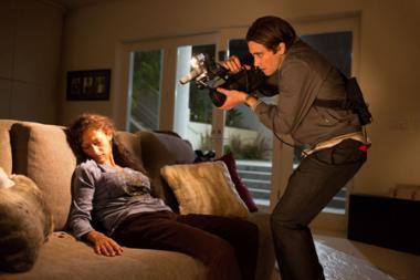 『ナイトクローラー』 ルーは救護の名目で強盗にあった邸宅に忍び込み惨劇を撮影する。