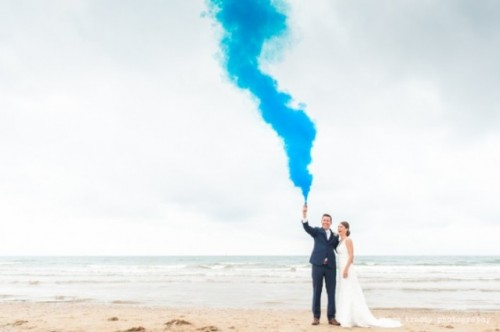 21-Awesome-Smoke-Bomb-Wedding-Ideas6-500x332.jpg