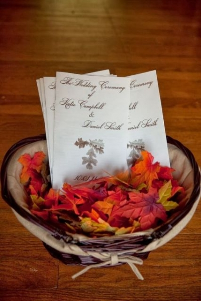 25-Romantic-And-Bright-Ways-To-Incorporate-Fall-Leaves23.jpg