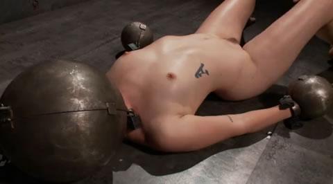 【海外】色白のM女が、鉄球拘束された状態で犯される(無修正)