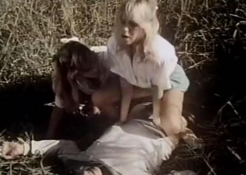 草むらで気絶している男に性的悪戯をする無邪気なホーニーティーンガールズ(無修正)