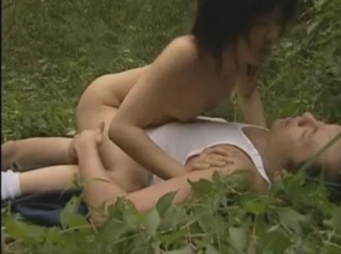 JKとスケベ親父が昼日中に草むらで青姦セクスハメ撮り盗撮篇!!