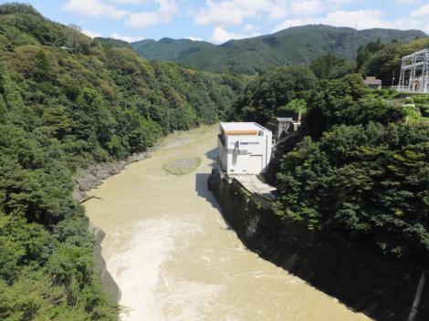 相模ダム管理橋より下流を望む