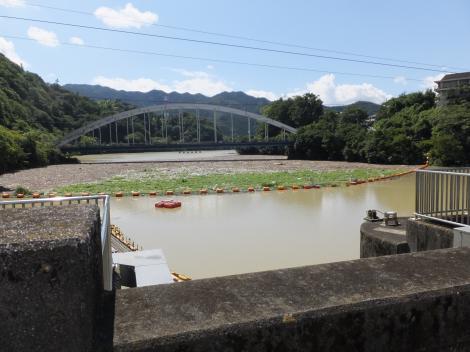 相模ダム管理橋より津久井湖を望む