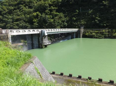 石小屋ダムの越流放水