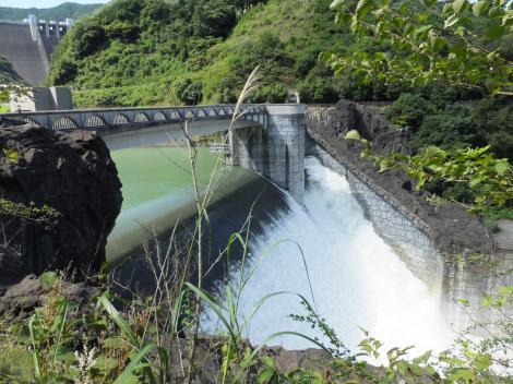 石小屋ダムの放流