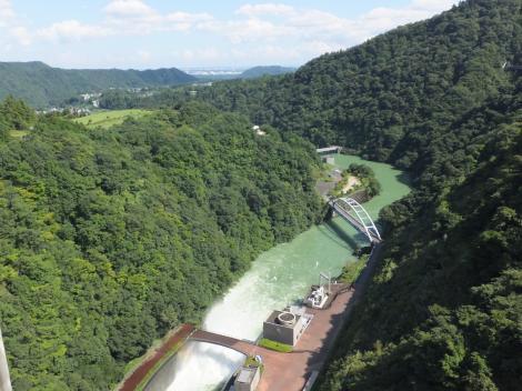 宮ヶ瀬ダム天端より下流を望む