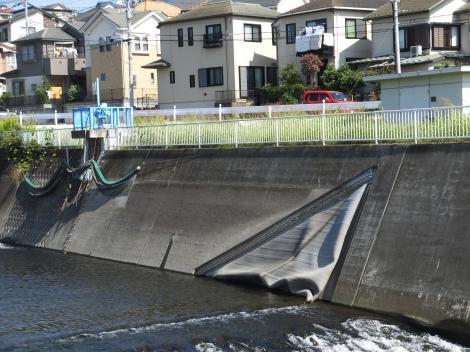 石川堰(空気式ゴム堰)と取水口、操作室