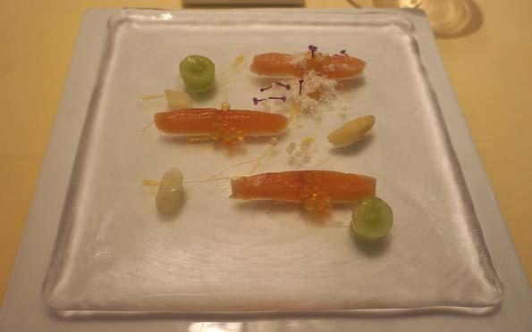 20150908 シェ松尾2 前菜 尺ヤマメのマリネ マスカット パッションフルーツのソース 21㎝DSC02362