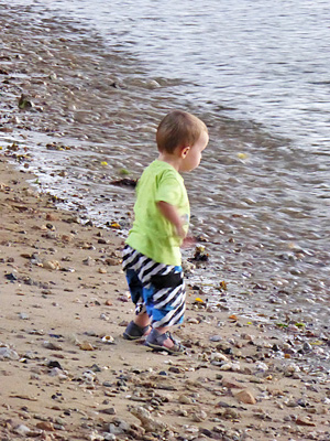 シトロン湾のビーチで遊ぶ子供