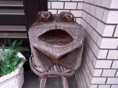 木彫りのカエル