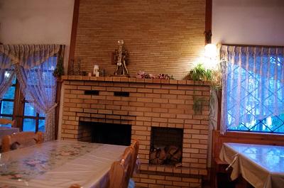 暖炉のある食堂