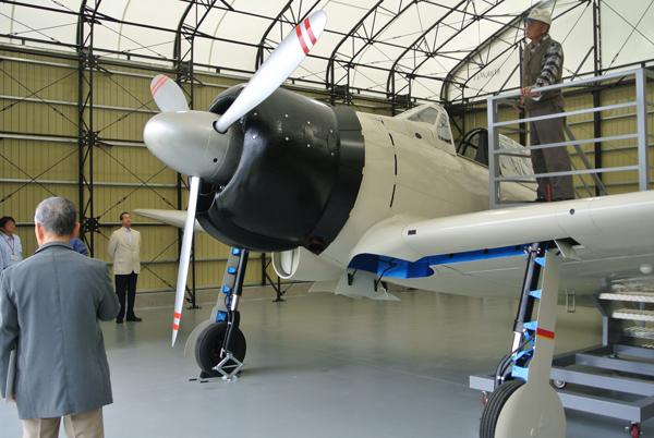 格納庫内の零戦実物大模型(阿見町・予科練平和記念館)