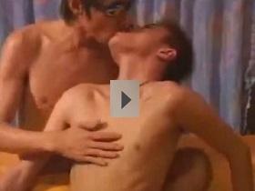【ゲイビデオ xvideos】DK達が悪戯でしゃぶらせてみたところ意外な上手さにテンションアゲアゲ!!