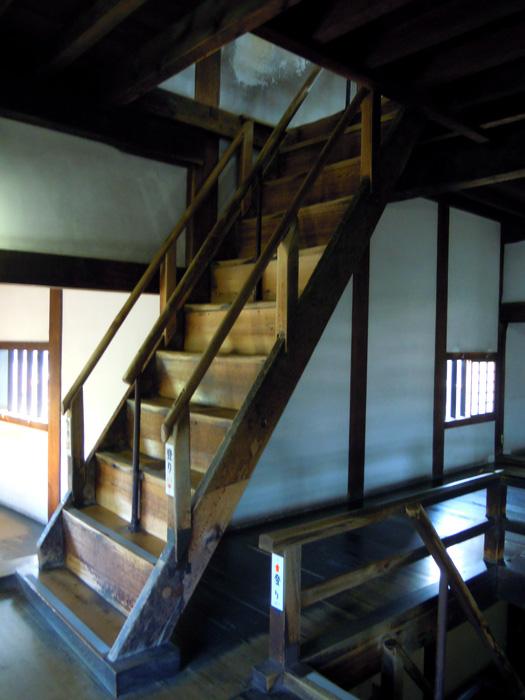 犬山城の急な階段。