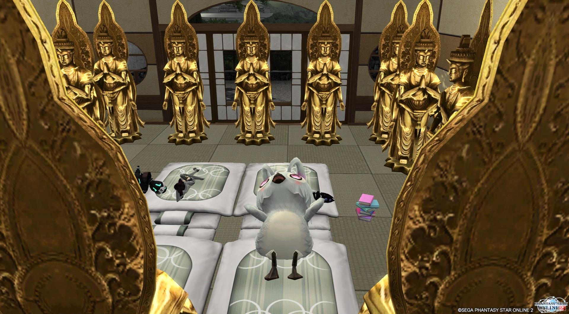 仏像に囲まれて